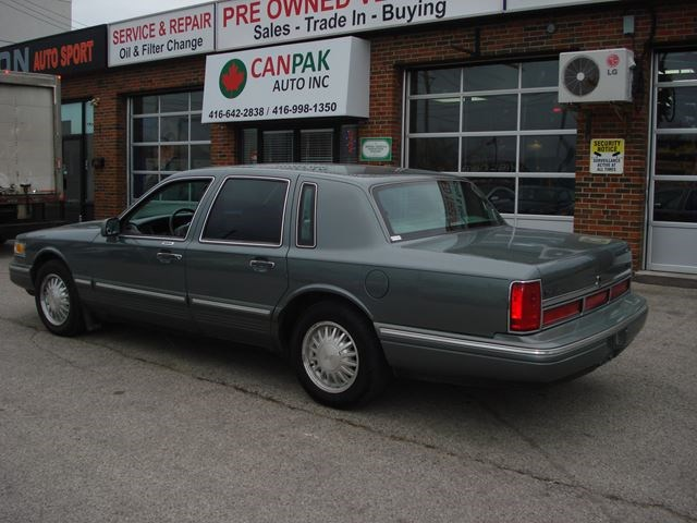 1997 Lincoln Town Car Signature Light Green For 1900 In Scarborough