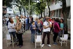 Largas colas en los centros de votación en Caracas