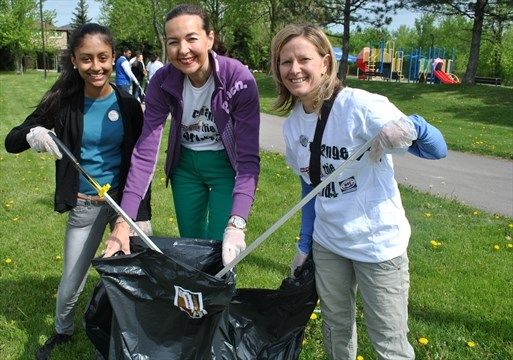 Youth volunteers clean up Shelby Park | Mississauga com