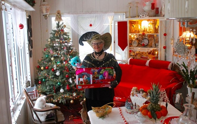 The Christmas Cottage.A Christmas Cottage Tour For A Cause