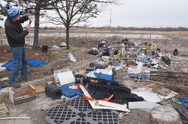 Who should clean up trash on vacant Yonge Street lot in