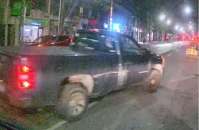 Toronto police looking for truck after man offers girl and boy ride, drives away with girl