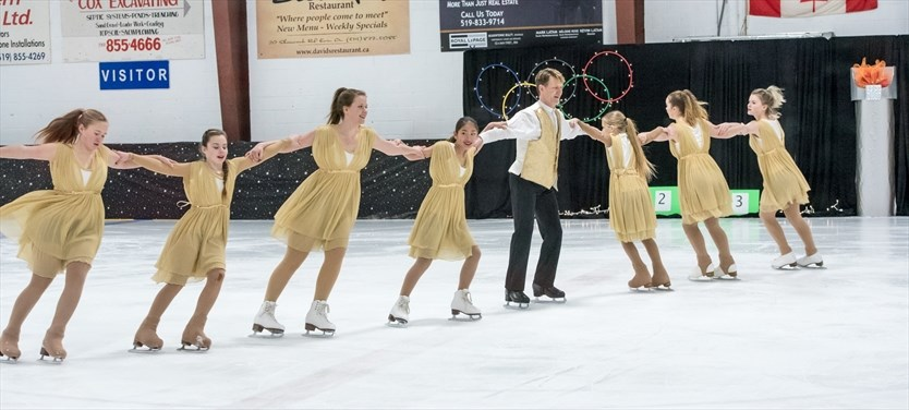 Figure skaters wow audience in Olympic-themed performance