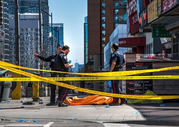 711ad27b4a A body lies covered on the sidewalk on Yonge St. just south of Finch Ave. -  Aaron Vincent Elkaim