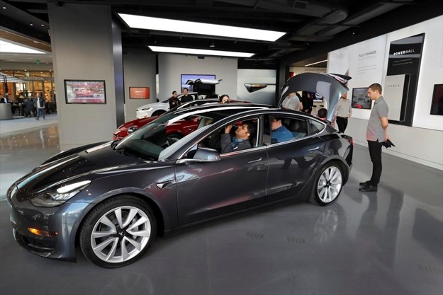 Potential Ers Check Out The Tesla Model 3 At Westfield Century City Calif Allen J Schaben Tns