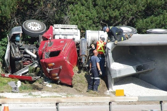 Truck rollover snarls Hwy  400 | Simcoe com