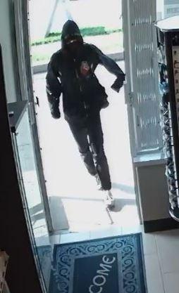 Ottawa police hunt robbery suspects who fled Alta Vista crime scene