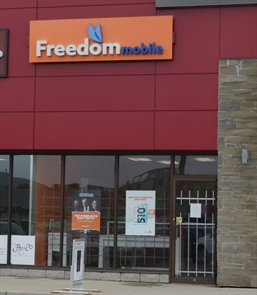 Armed robbers hold up Waterdown's Freedom Mobile