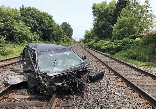 Aldershot GO train crashes into car on tracks in Mississauga